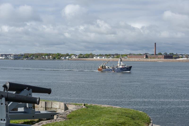 Barca Nobska di pesca professionale che passa cannone a Phoenix forte in Fairhaven immagini stock