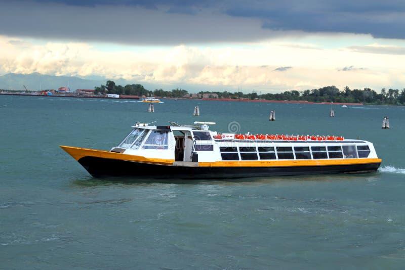 Barca per il trasporto i passeggeri e dei turisti fotografia stock libera da diritti