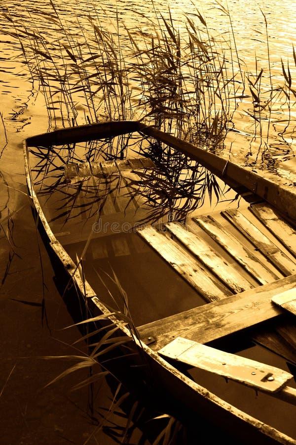 Barca in pieno di acqua fotografie stock