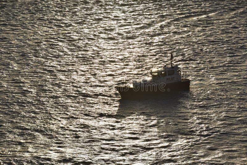 Barca pilota che manovra dentro per posizionare fotografia stock libera da diritti