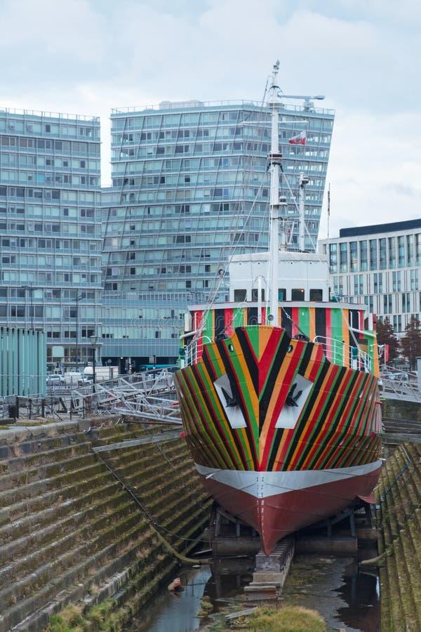 Barca pilota di abbagliamento in un bacino di carenaggio di Liverpool fotografie stock