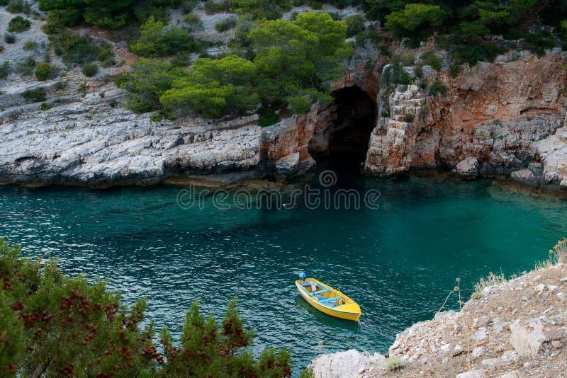 Barca in poca baia fotografia stock