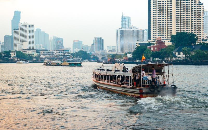 Barca precisa su Chao Phraya River immagini stock libere da diritti