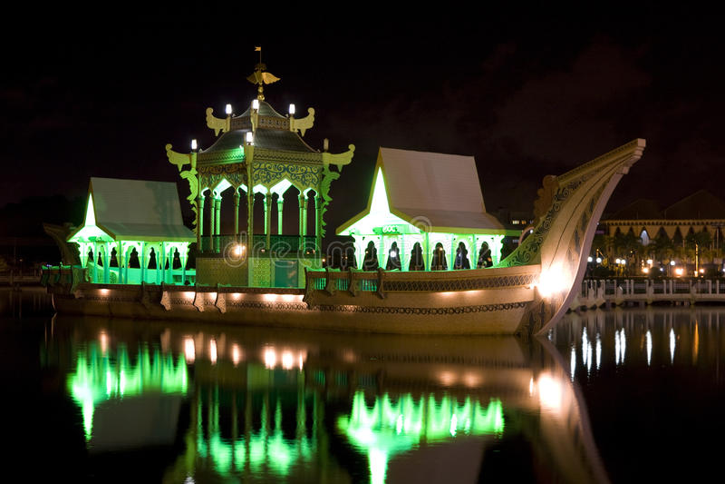 Barca real antiga na noite, Brunei foto de stock royalty free