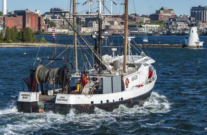 Barca Rebecca Mary di pesca professionale che dirige il fiume di Acushnet immagine stock