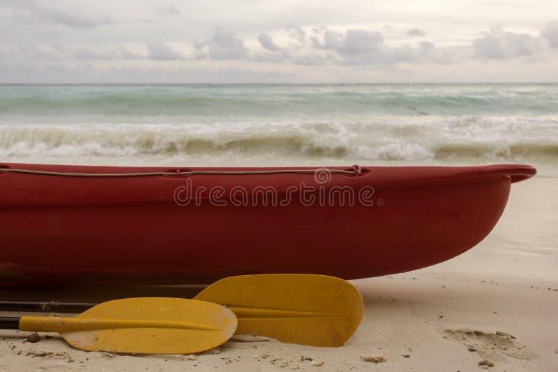 Barca rossa e pagaia gialla immagini stock libere da diritti
