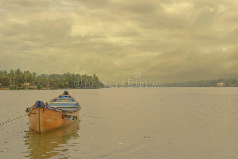 Barca rossa a Mangalore immagini stock