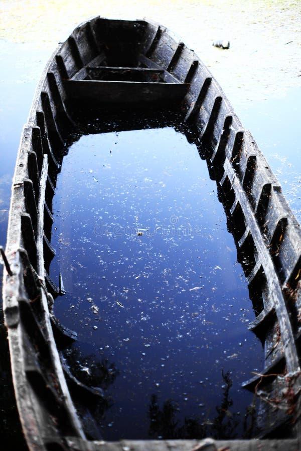 Barca rotta immagine stock