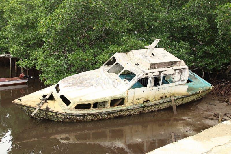 Barca rotta di abbandono fotografie stock libere da diritti