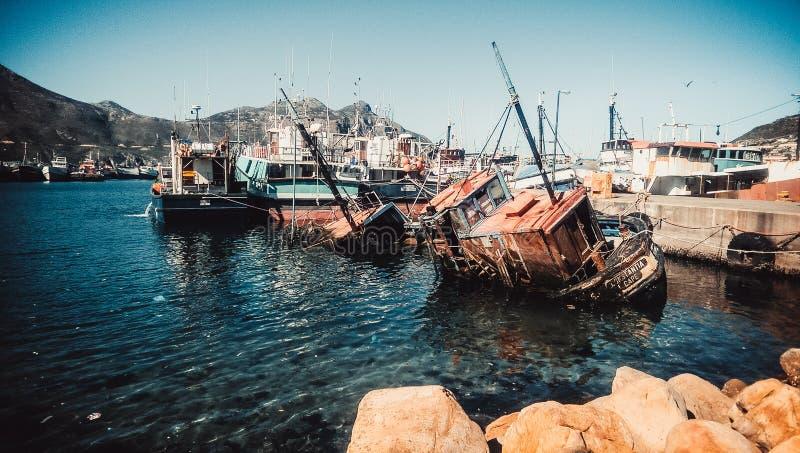 Barca, ruggine, acqua e barche d'affondamento fotografia stock libera da diritti