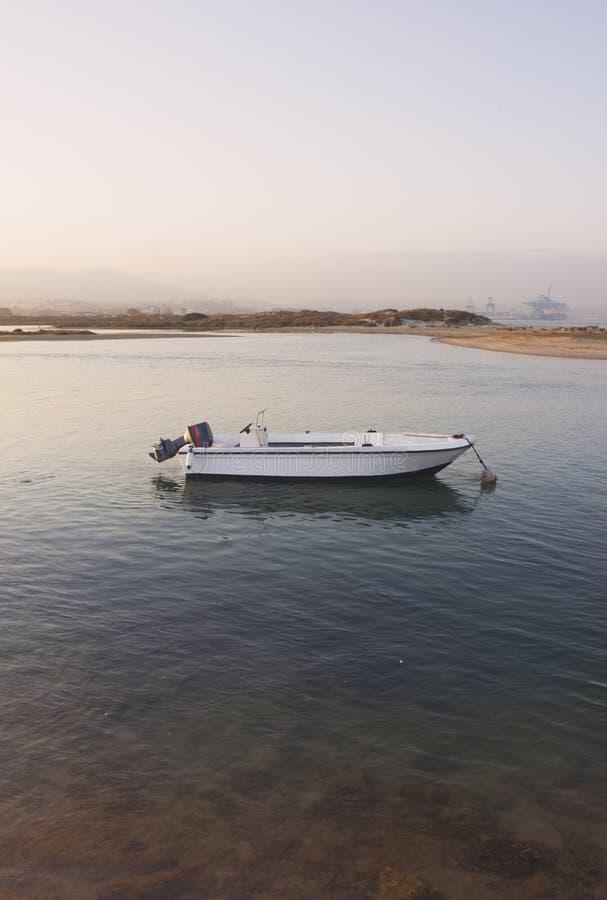 Barca sola al tramonto fotografie stock libere da diritti
