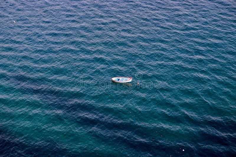 Barca sola sull'oceano fotografia stock