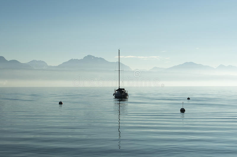 Barca sola in un lago fotografia stock