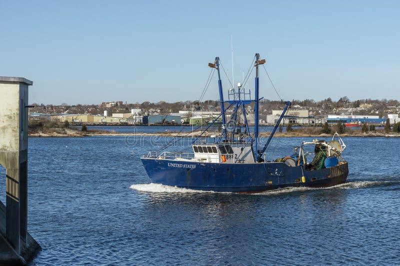 Barca Stati Uniti di pesca professionale che si avvicinano alla barriera di uragano di New Bedford fotografia stock
