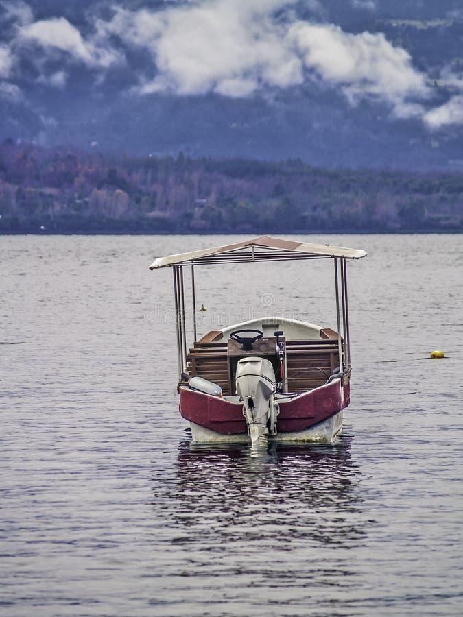 Barca su un lago fotografie stock libere da diritti