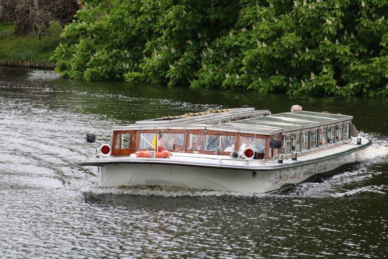 Barca sul canale di Witte Singel, Leida Paesi Bassi fotografia stock