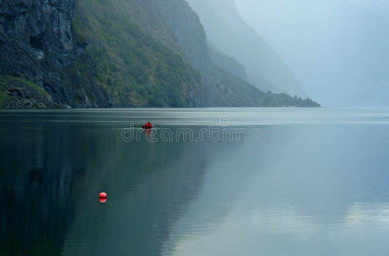 Download Barca Sul Fiordo Nella Foschia Immagine Stock - Immagine di barca, bello: 7323711