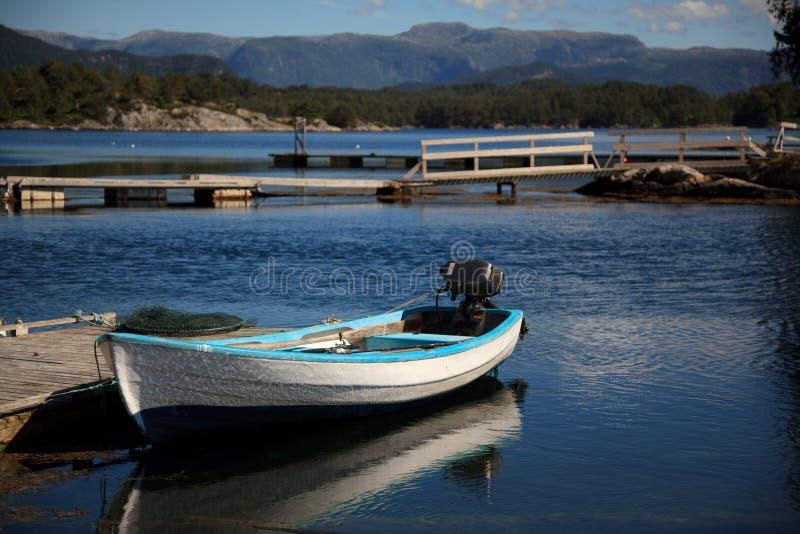 Barca sul fiordo, Norvegia immagini stock libere da diritti