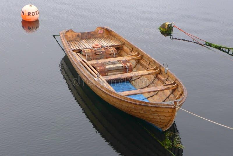 Barca sul fiordo in Norvegia fotografia stock