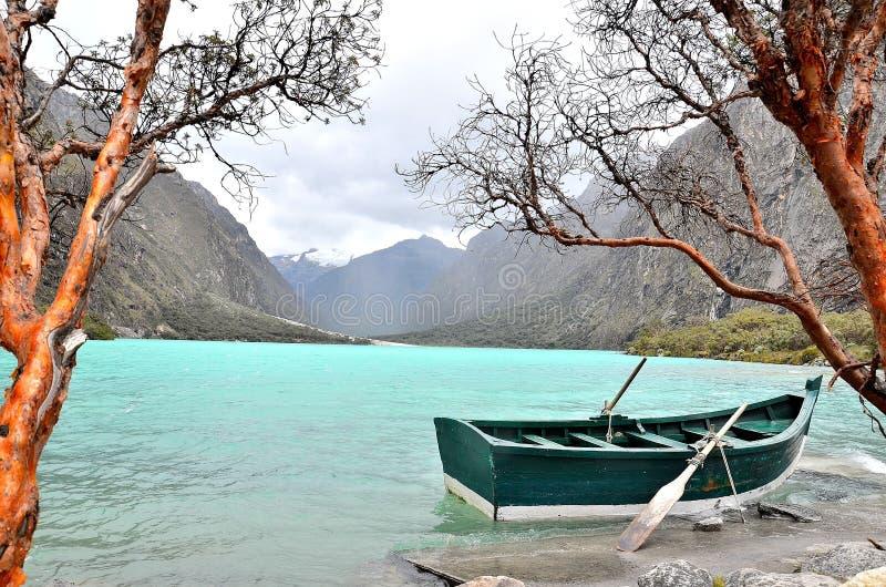 Barca sul lago fotografia stock libera da diritti