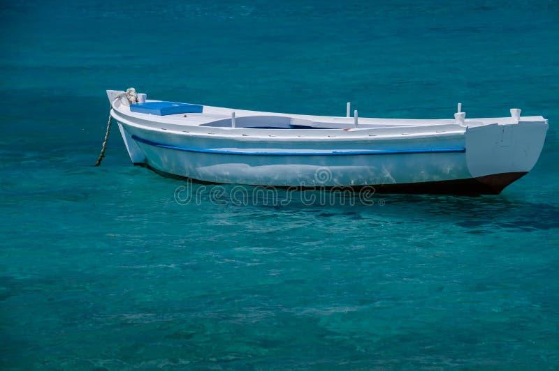 Barca sul mare blu fotografia stock libera da diritti