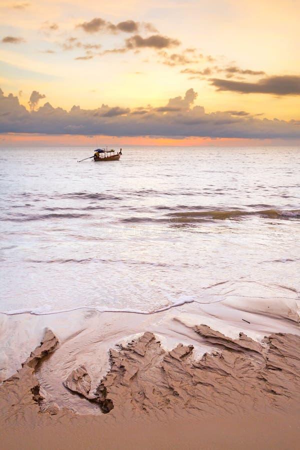 Barca Sul Mare Delle Andamane Al Tramonto Fotografia Stock Libera da Diritti