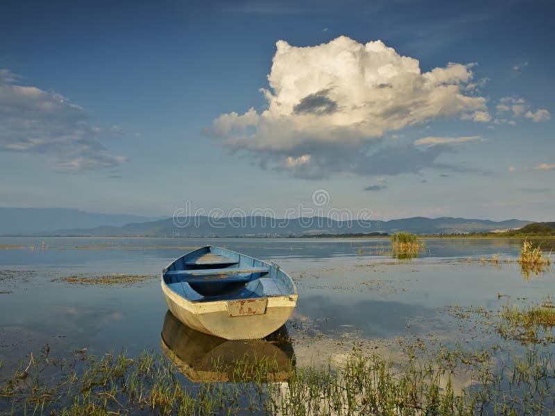 Barca sul tramonto fotografia stock