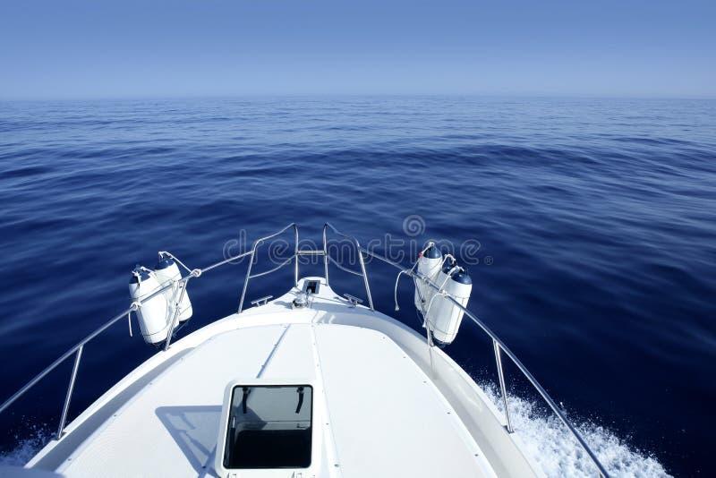 Barca sul yachting blu del Mar Mediterraneo fotografie stock