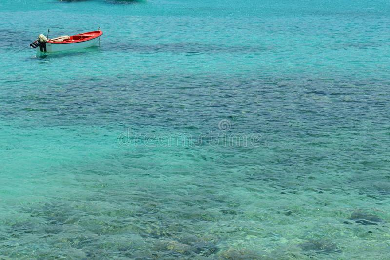 Barca sull'acqua di turquase fotografia stock libera da diritti