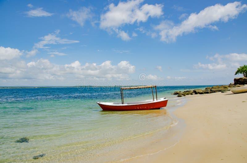 Barca sull'acqua Mozambico fotografia stock libera da diritti