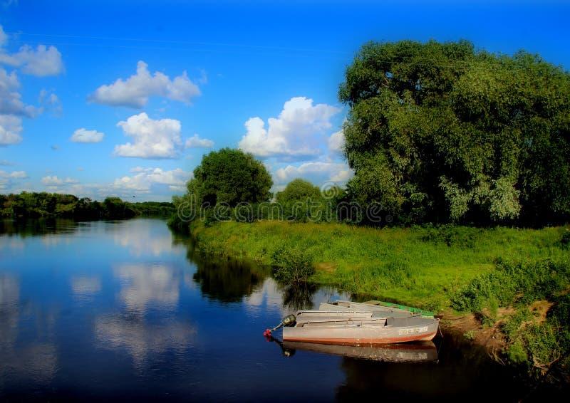Barca sulla banca pittoresca del fiume Klyazma immagini stock libere da diritti