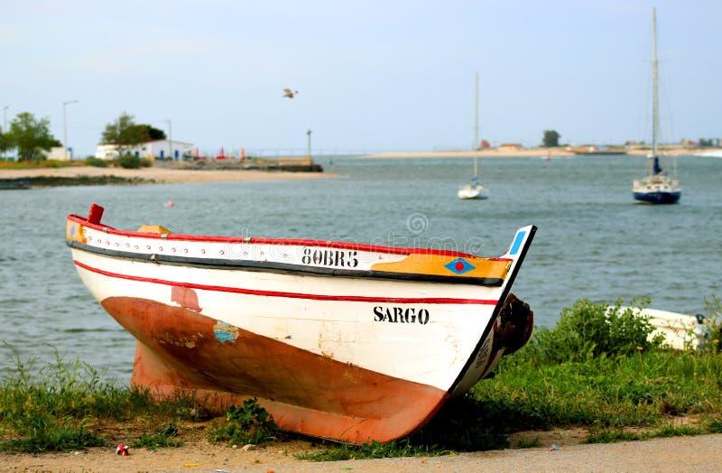 Barca sulla riva dell'oceano fotografia stock libera da diritti