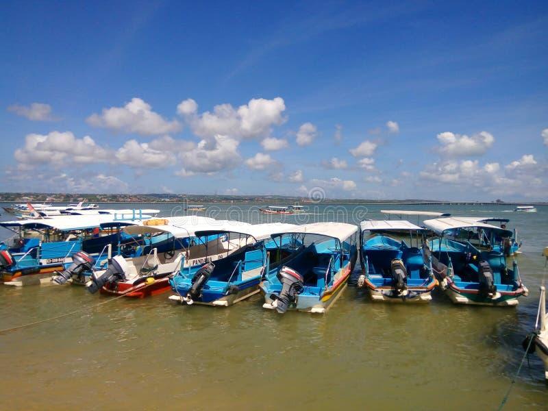 Barca sulla spiaggia al benoa Bali fotografia stock libera da diritti