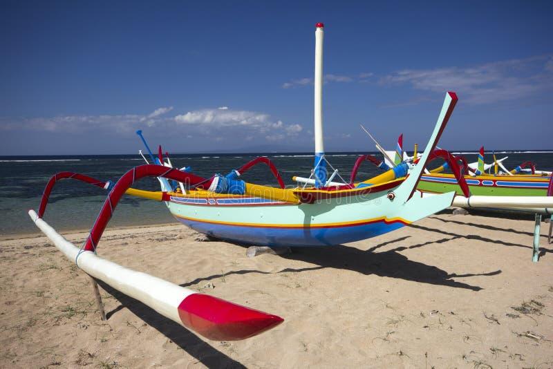 Barca sulla spiaggia di Sanur fotografia stock libera da diritti
