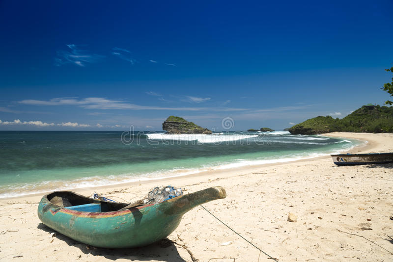 Barca sulla spiaggia di Watu Karung, Pacitan, Java, Indonesia immagine stock