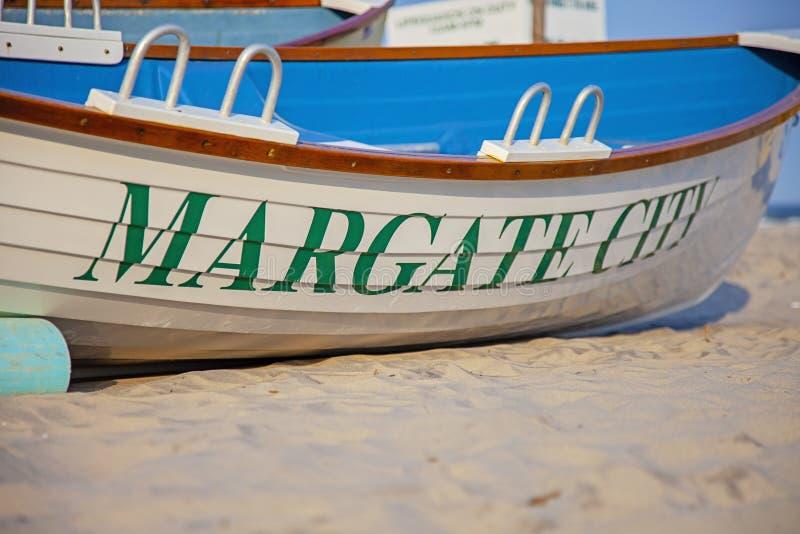 Barca sulla spiaggia in Margate New Jersey fotografia stock