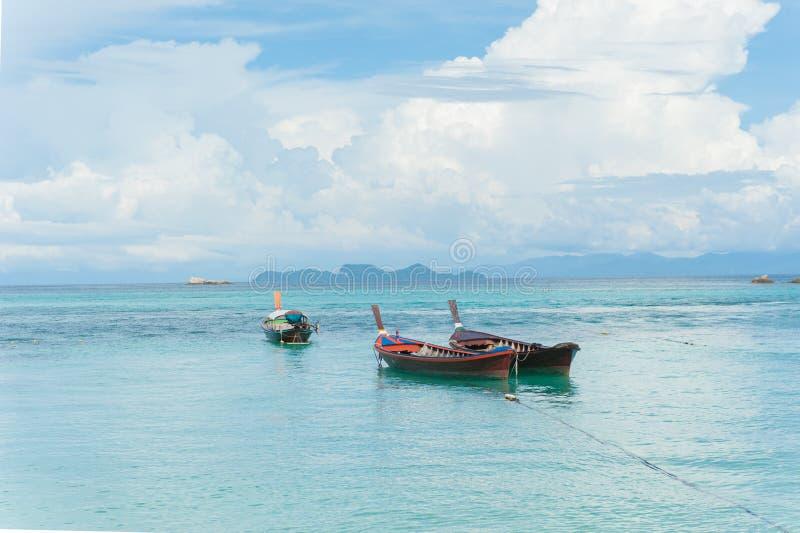 Barca sulla spiaggia a tempo di alba fotografie stock
