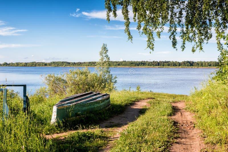 Barca sulla sponda del fiume immagini stock libere da diritti