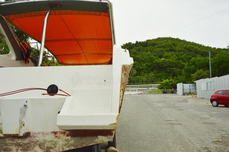 Barca sulla strada della montagna fotografie stock libere da diritti