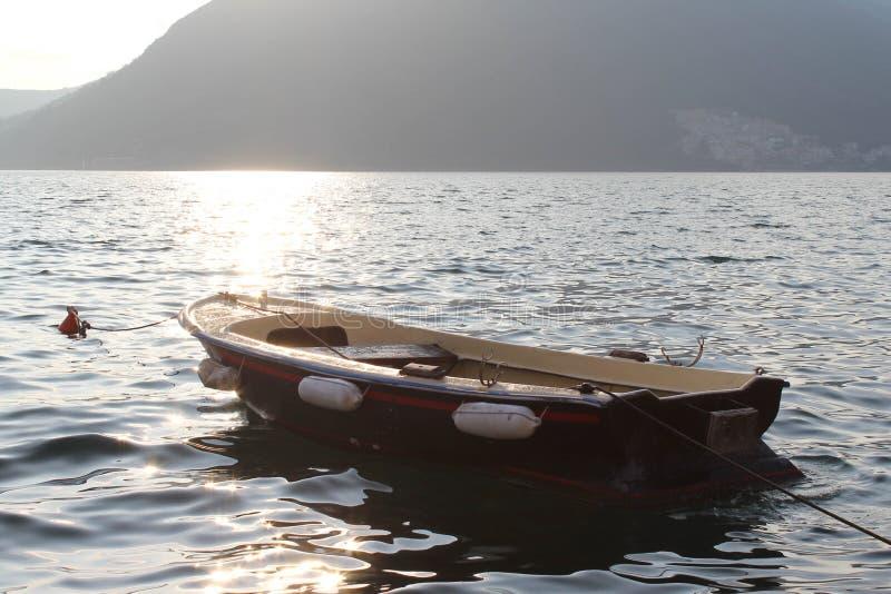 Barca sveglia nella baia di Boka fotografia stock