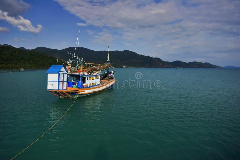 Barca tailandese nel mare fotografia stock libera da diritti
