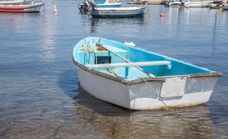 Barca tipica sopra l'acqua cristallina Il veicolo non motorizzato del mare si mette in bacino nell'area bassa della spiaggia Mach fotografia stock libera da diritti