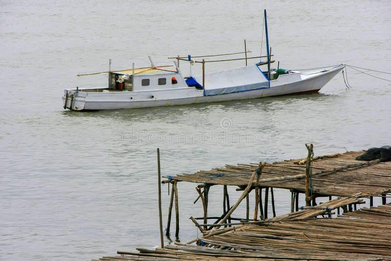 Barca tradizionale ancorata alla città di Labuan Bajo sull'isola del Flores, immagine stock
