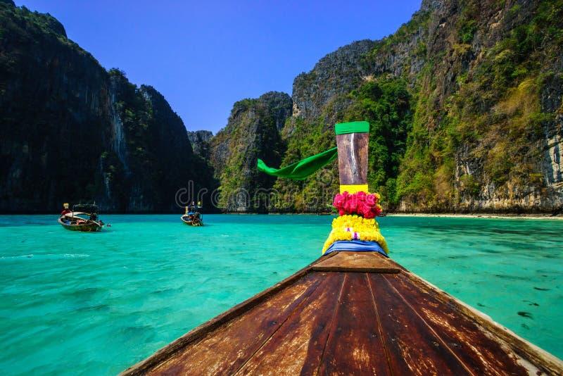 Barca tradizionale del longtail nella baia di maya su Koh Phi Phi Leh Island, immagine stock libera da diritti
