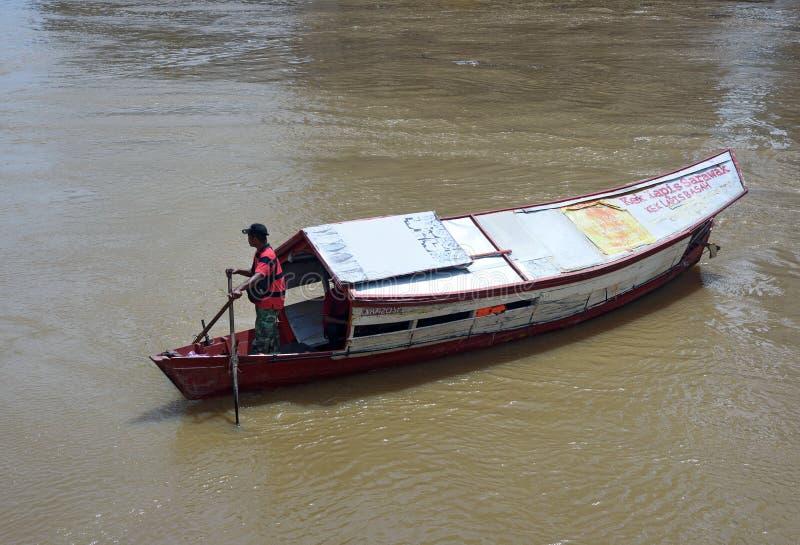 Barca tradizionale sul fiume di Sarawak nella città di Kuching fotografia stock libera da diritti