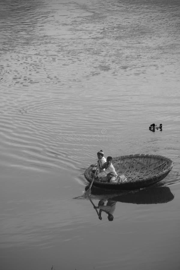 Barca tradizionale in Wather India Hampi immagine stock