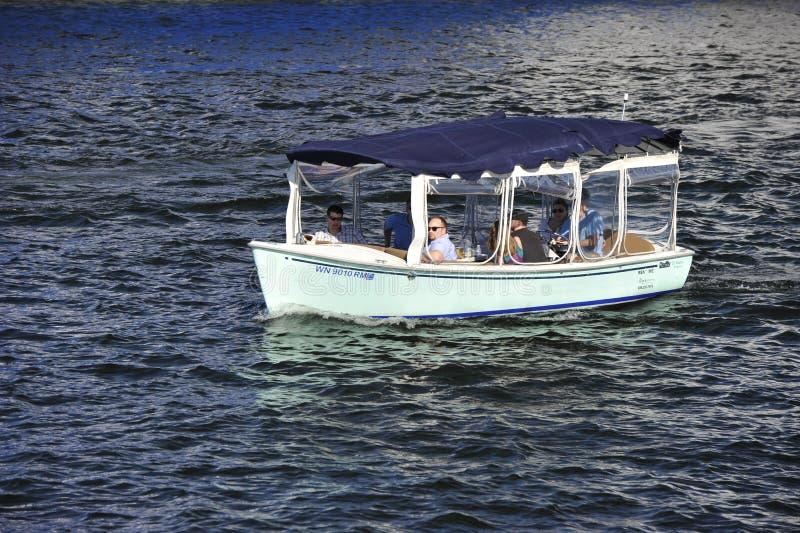 Download Barca turistica immagine editoriale. Immagine di mare - 30831375