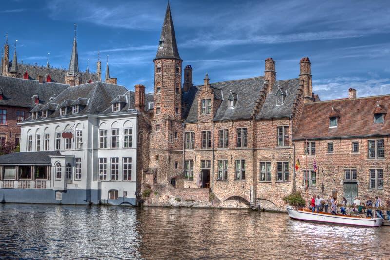 Barca turistica al Rozenhoedkaai a Bruges/Bruges, Belgio immagini stock