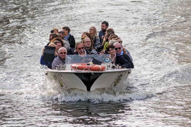 Barca turistica a Bruges, Belgio fotografie stock libere da diritti
