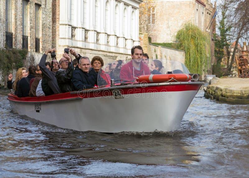 Barca turistica a Bruges, Belgio fotografia stock